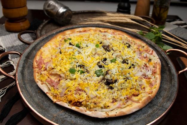 Pizza in stile portoghese brasiliano con prosciutto, uova, pepe, cipolla, mozzarella, vista dall'alto