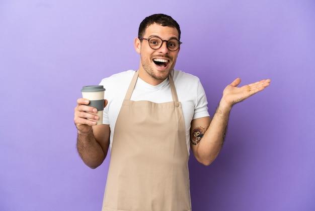 Cameriere di ristorante brasiliano su sfondo viola isolato con espressione facciale scioccata