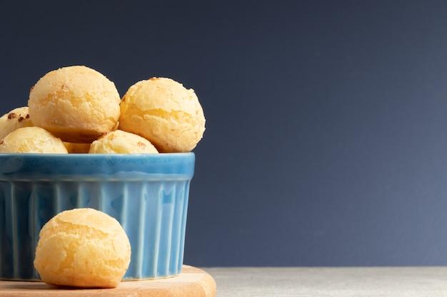 Pane al formaggio spuntino brasiliano vicino, copia spaziale.