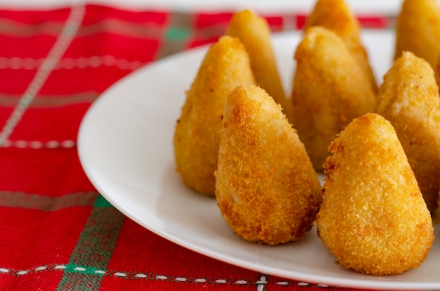 Spuntino brasiliano. il coxinha è un salgadinho brasiliano, di origine paulista, anch'esso comune in portogallo, prodotto con una massa di farina di frumento e brodo di pollo
