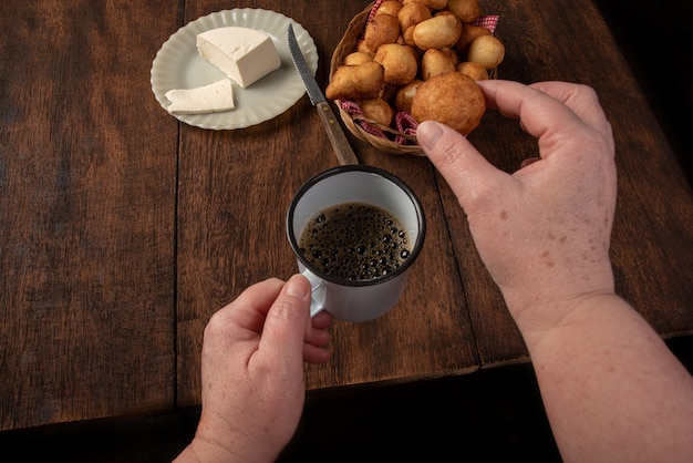 Il dolce brasiliano ha chiamato il bolinho de chuva, su legno rustico, fuoco selettivo.