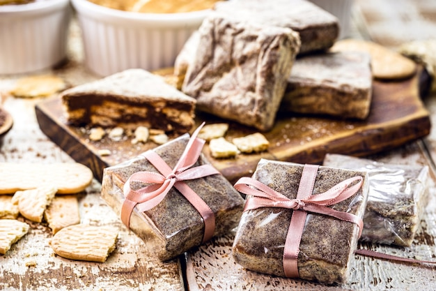 Dolce brasiliano chiamato paglia italiana, farcito e confezionato per la vendita, piccole imprese e pasticceria brasiliana