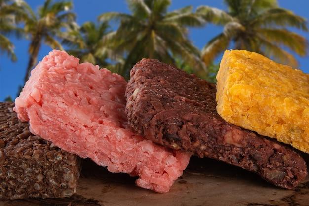 Dolci brasiliani con palme da cocco in sottofondo