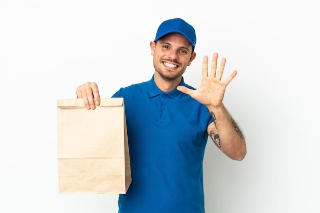Brasiliano che prende un sacchetto di cibo da asporto isolato su sfondo bianco contando cinque con le dita