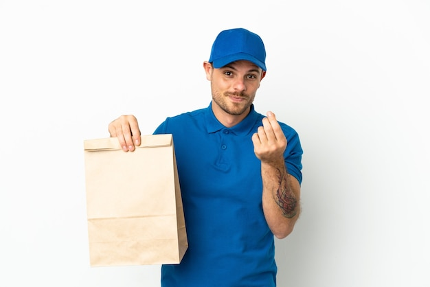 Brasiliano che prende un sacchetto di cibo da asporto isolato su sfondo bianco che fa soldi gesto