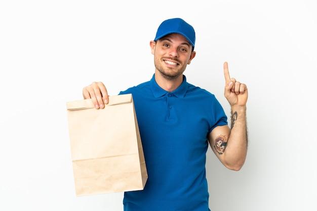 Brasiliano che prende un sacchetto di cibo da asporto isolato su sfondo bianco che indica una grande idea