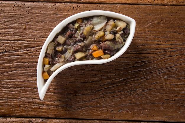 Il cibo tradizionale brasiliano chiamato feijao de capataz.