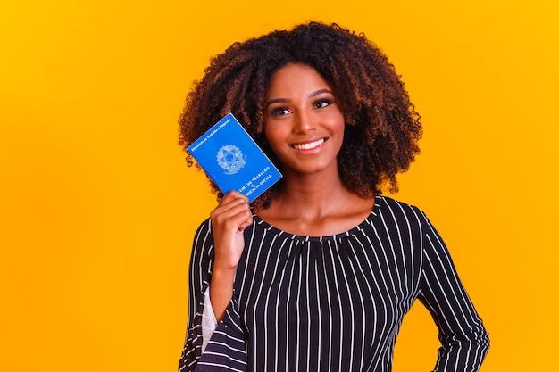 Donna brasiliana con documenti di lavoro e previdenza sociale, (carteira de trabalho e previdencia social)