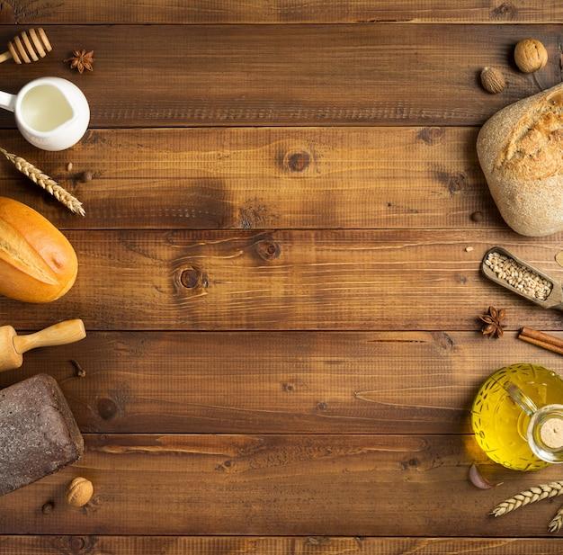 Pane e ingredienti da forno sul fondo del tavolo in legno, vista dall'alto