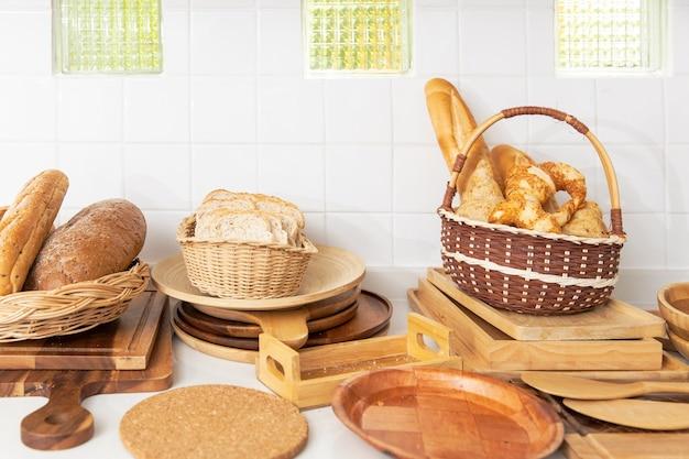 Panino di pane fatto in casa su decorazioni in legno da cucina per prodotti da forno