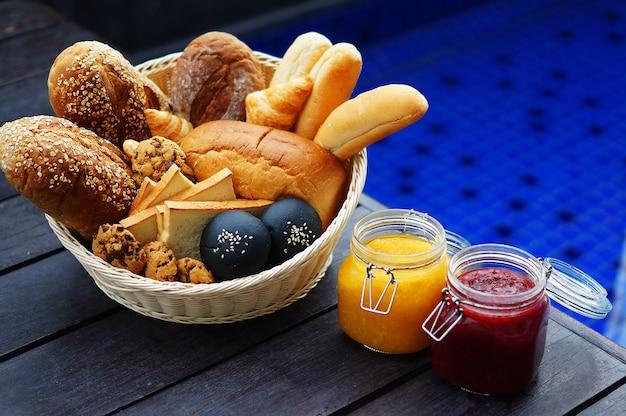Pane e marmellata su un tavolo di legno