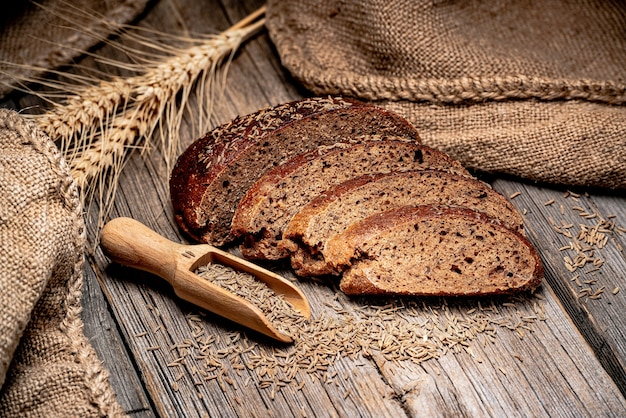 Spighette di segale di pane. pane tradizionale appena sfornato sulla tavola di legno. cibo salutare
