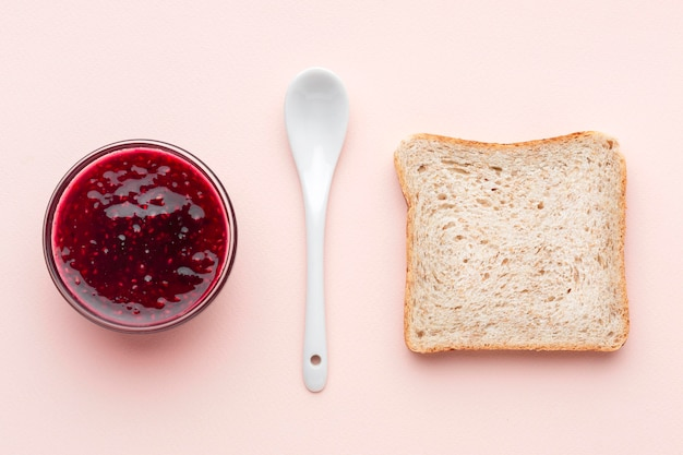 Fetta e ciotola di pane con marmellata