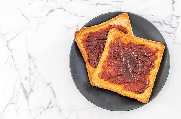 Pane tostato con pasta di peperoncino
