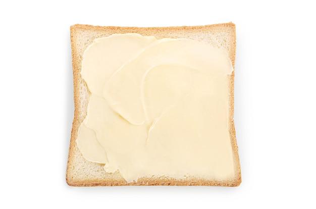 Pane con burro isolato su bianco