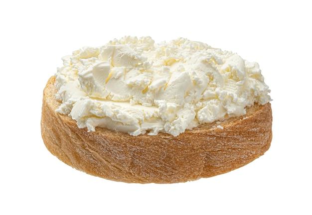 Pane con crema di formaggio su sfondo bianco