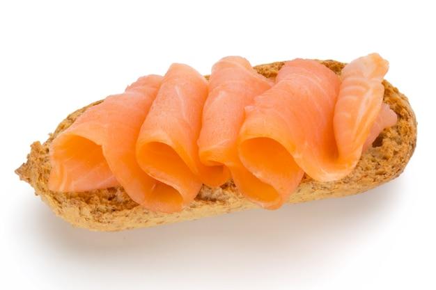 Pane con filetto di salmone fresco isolato su sfondo bianco, vista dall'alto.