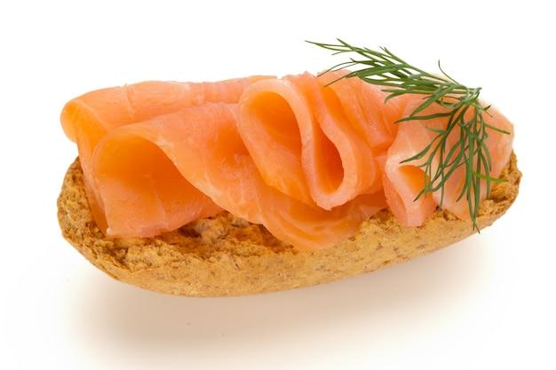 Pane con filetto di salmone fresco isolato su bianco, vista dall'alto.