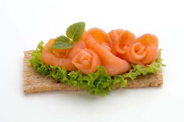 Pane con filetto di salmone fresco isolato su bianco