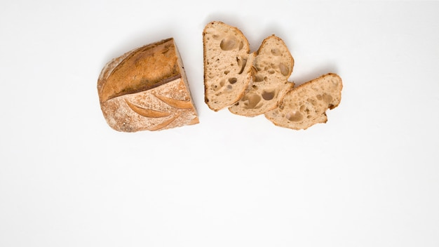 Pane con fette su sfondo bianco