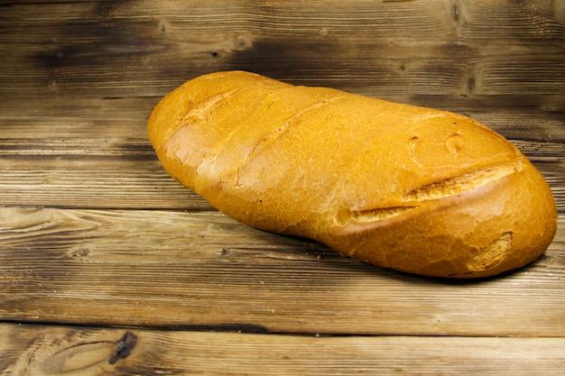 Pane su tavola di legno