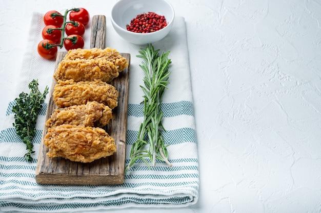 Alette di pollo impanate su bianco