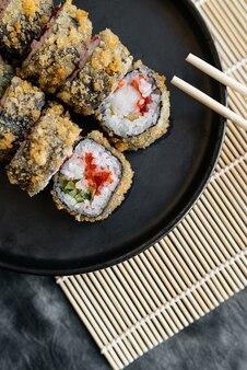Sushi impanati su un piatto