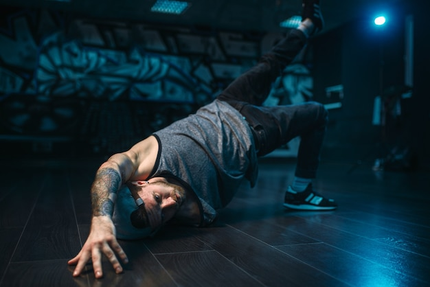 Movimenti di breakdance, performer in studio di danza. stile di ballo urbano moderno