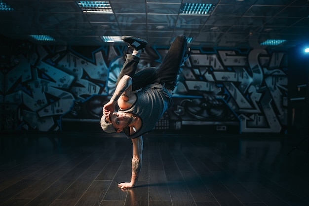 Esecutore di breakdance in posa in studio di danza