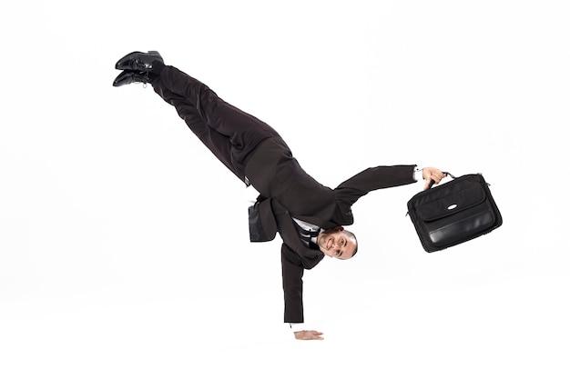 Breakdancer uomo d'affari con valigetta su sfondo bianco