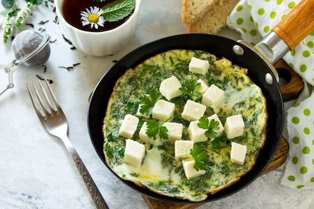 Sfondo colazione uova fritte con feta di spinaci su tavola di pietra spazio libero per il testo