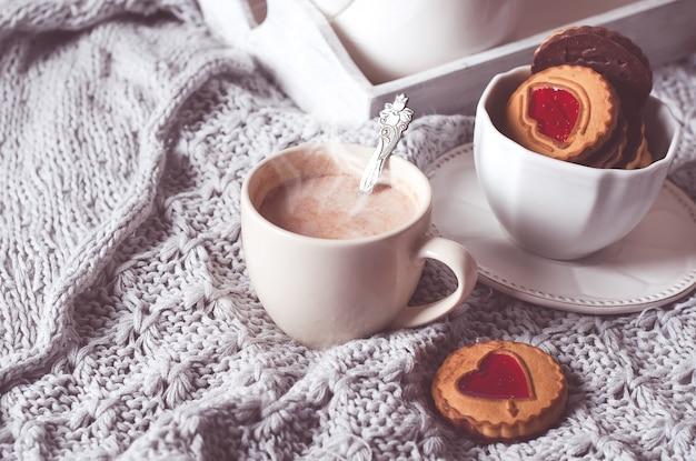 Colazione a letto con caffè e biscotti