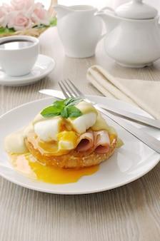 Colazione a base di uova sode (in camicia) con prosciutto su un panino con salsa di senape
