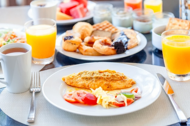 Colazione a buffet in hotel di lusso frittata e dolci freschi panini croissant