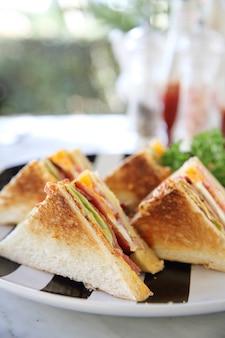 Colazione club sandwich con patatine