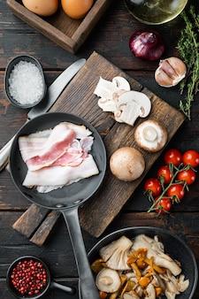 Gli ingredienti dell'uovo della colazione si mescolano, sul vecchio tavolo di legno scuro