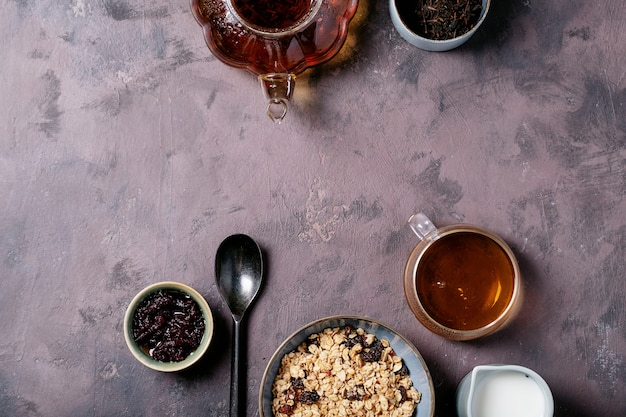 Colazione muesli in ciotola di ceramica