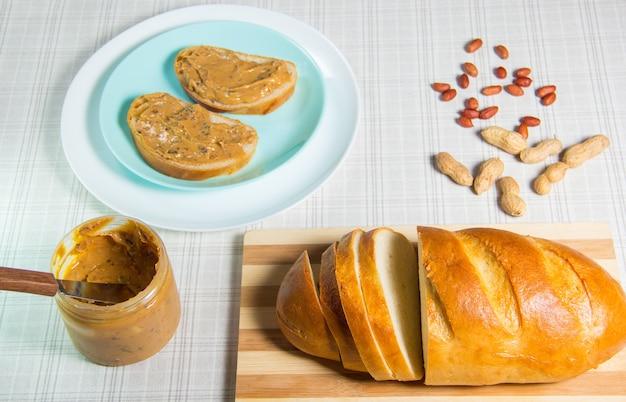 Colazione, pagnotta, panini al burro di arachidi. panino con burro di arachidi - cibi e bevande