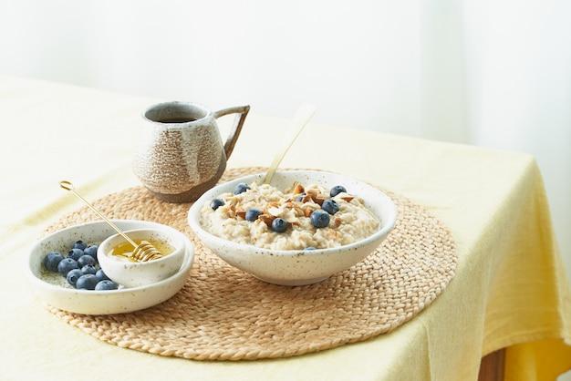 Colazione, porridge di farina d'avena con frutti di bosco e noci, cibo sano, una corretta alimentazione.