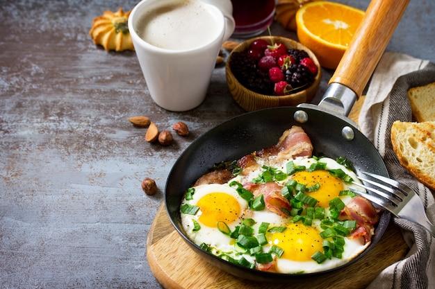 Colazione uova strapazzate con bacon biscotti ai frutti di bosco spazio libero per il testo