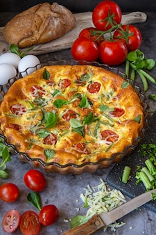 La colazione la domenica mattina. frittata al forno con fagiolini, pomodori, erbe e formaggio.