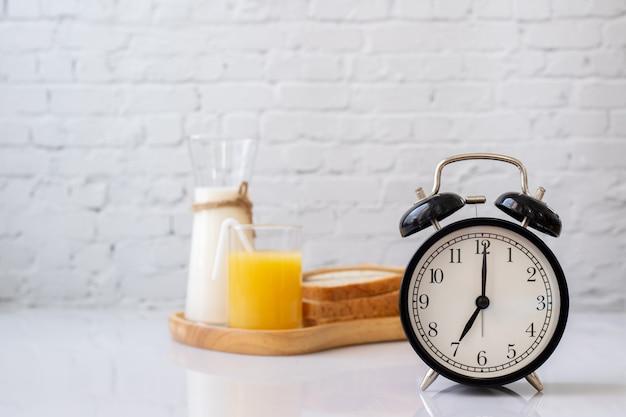 Tavolo per la colazione con sveglia classica.