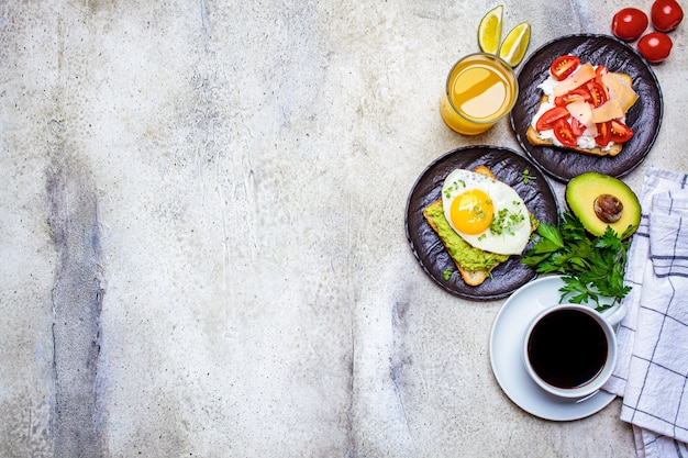 Tavolo per la colazione con toast e caffè, spazio di copia.