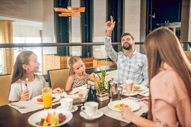 Ora di colazione. famiglia carina trascorrere del tempo insieme a colazione