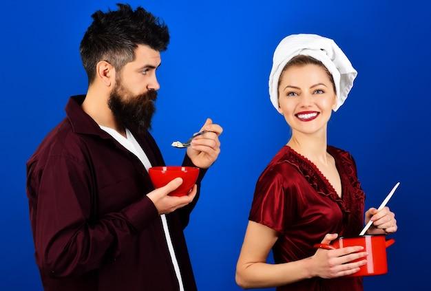 Ora di colazione. coppia felice che mangia. coppia di innamorati facendo colazione.