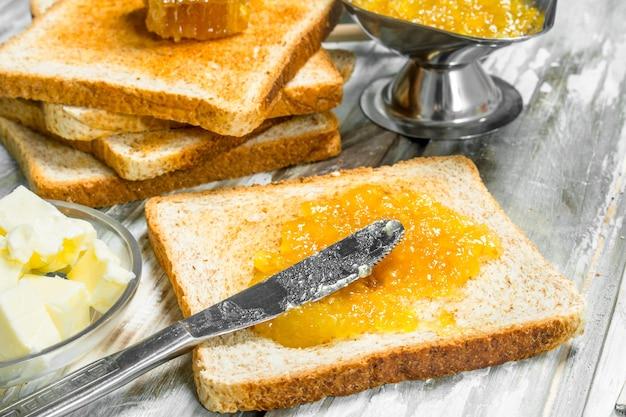 Colazione. pane tostato con marmellata di arance.