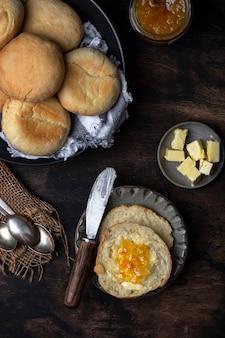 Colazione di muffin inglesi tostati con burro e marmellata