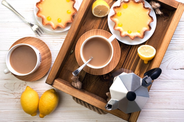 Colazione - un vassoio di crostate al limone e caffè