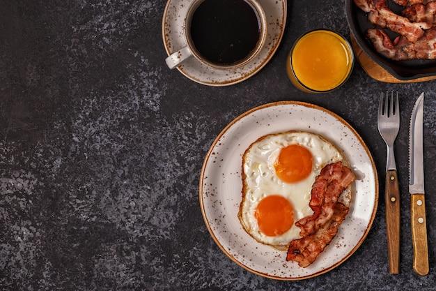 Colazione con pancetta e uovo fritto