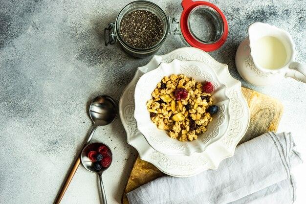 Colazione con cereali e frutti di bosco